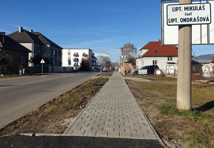Opravený chodník na Revolučnej ulici.