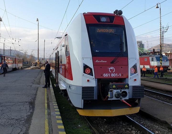 Nová elektrická jednotka pred prvou jazdou na stanici v Žiline.