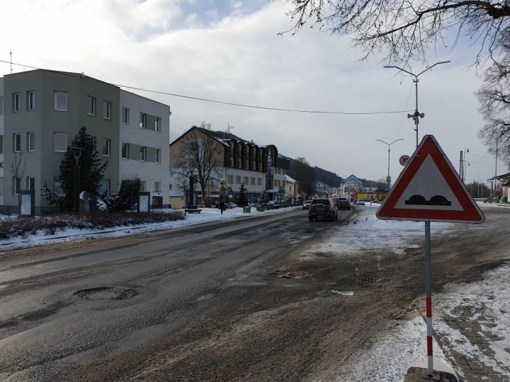 Hlavný cestný ťah cez Liptovský Hrádok je v zlom stave.