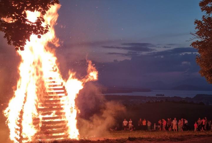 Vatra tradične horela nad Liptovským Mikulášom.