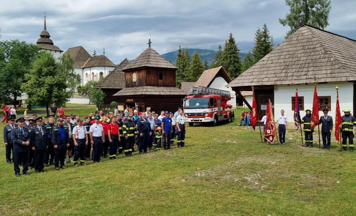 Slávnostný nástup dobrovoľných hasičov.
