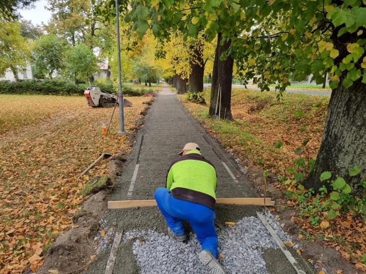 S opravou chodníka začali tento týždeň.