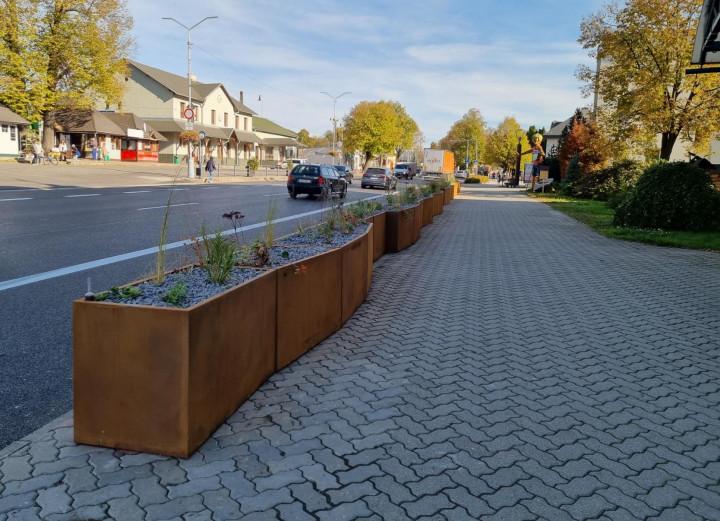 Na frekventovanej ulici pribudli kvetináče.